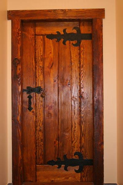 Двери в деревенский дом